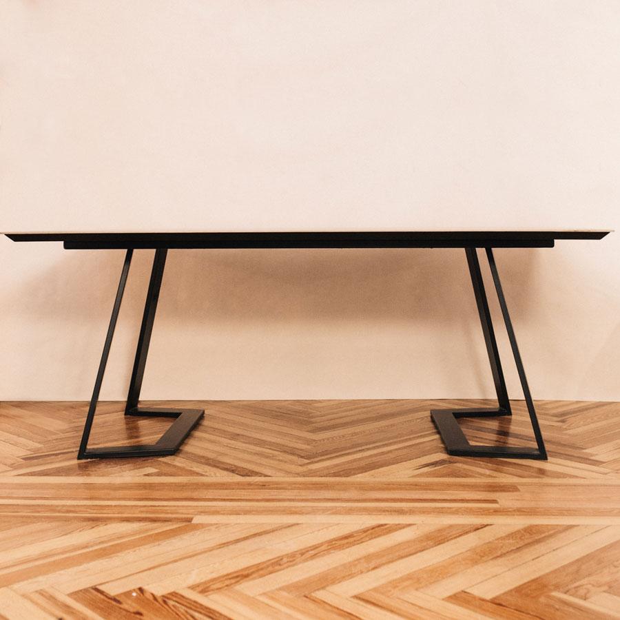 Mesa de comedor patas metálicas y tapa porcelánico