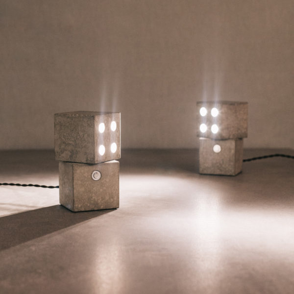 Lámpara sobremesa dados giratorios cemento