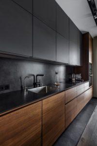 La madera en cocinas oscuras